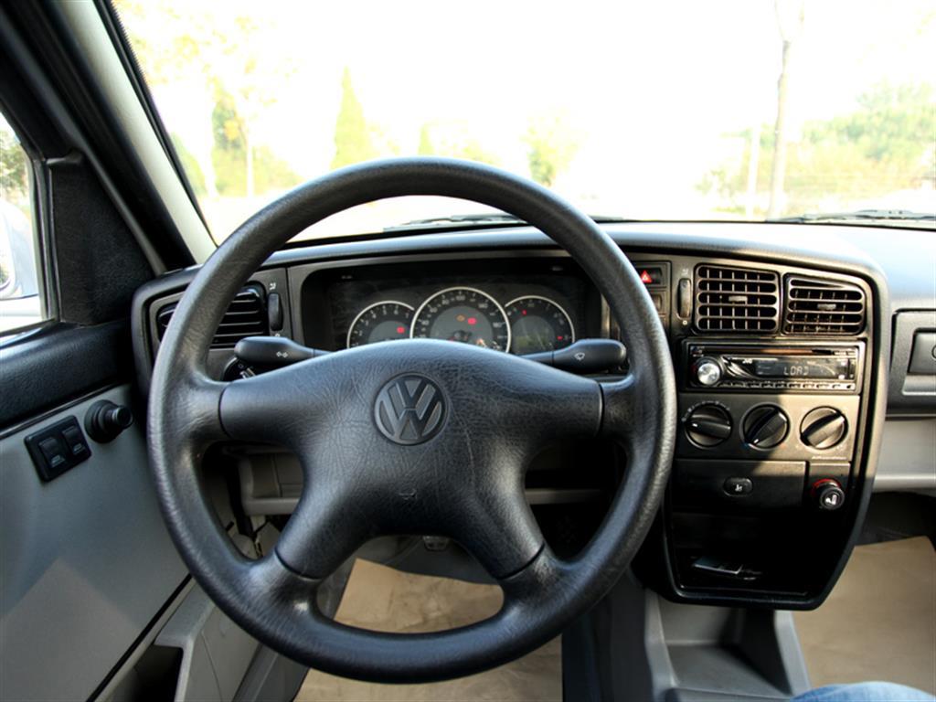 【详细配置】:ABS+EBD,单碟CD,电动车窗,手动空调。 【本车评价】:捷达是一汽大众经典的一款车型,品牌历史长,累计销量大,在市场中拥有较高的人气和认可度。内饰设计简洁实用,安全配置丰富,生产工艺成熟,性价比较高,维修保养方便。如今的老品牌在新市场中依然拥有着较高的人气和竞争力。 【管家服务】180 天或 10000 公里内免费保修,免费道路救援,免费过户上牌,一条龙无忧服务。 【灵活付款】全款购车,置换购车,贷款购车 【优途连锁郑重承诺】:不做事故车,保持原车实况,让您买的安全,使用舒心。京牌车,
