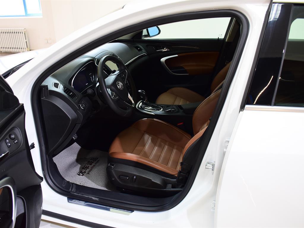 君威 14款 GS 2.0T 自动 纵情运动版,本车车龄很短,公里数非常少,且是个人一手车,车况可媲美新车,君威运动感市场相对稀缺,汽车前脸与轮毂运动感十足,内部空间很大,配置非常豪华,有雨刷器传感、前排座椅加热等设备,2.0T发动机可满足你对速度的追求,非常适合时尚运动的年轻群体,欢迎您到店看车。